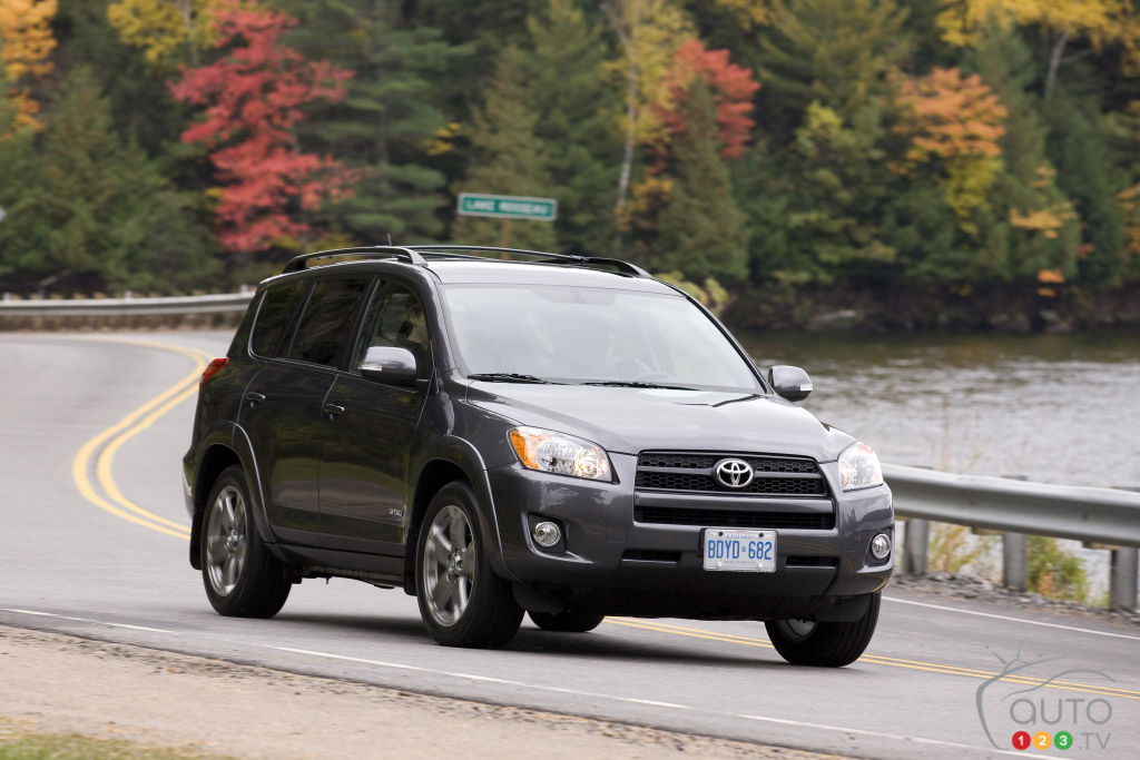 nearly 150 000 toyota rav4 vehicles recalled in canada car news auto123. Black Bedroom Furniture Sets. Home Design Ideas