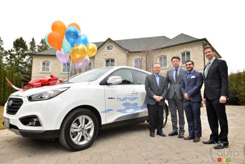 {u'en': u'Joseph Cargnelli (left) takes delivery of the first zero-emissions, hydrogen-powered Hyundai Tucson Fuel Cell Electric Vehicle leased to a customer in Ontario. With him is (from l to r) Arthur Leung, General Manager at Don Valley North Hyundai, Ashkan Mavandadi, Sales Consultant at Don Valley North Hyundai, and Chad Heard, Senior Manager of Public Relations at Hyundai Auto Canada Corp.'}