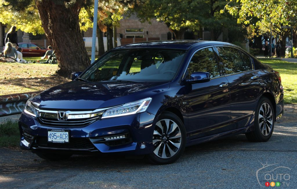 2017 Honda Accord Hybrid Well Equipped For An Uphill Battle Car Reviews Auto123