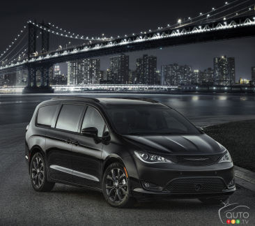 {u'en': u'2018 Chrysler Pacifica with S Appearance Package'}