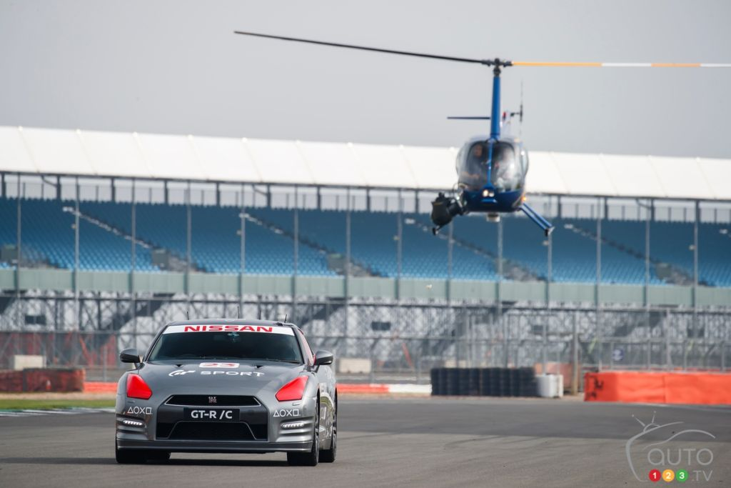 Jann Mardenborough pilote une Nissan GT-R/C avec un pad DualSchock 4