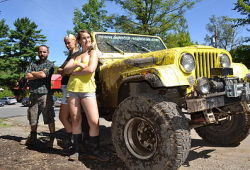 Video of Jeep expeditions in Quebec: Hardcore off-roading - Specialized in ATV rental, Aventures Plein Air has been renting Jeeps for three years now, and offers real challenging trails with lots of mud, rocks, and river crossing.