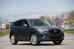 Le Mazda CX-5 est un petit multisegment qui démontre toute la sportivité typique de la marque. Sa recette est tellement bien réussie qu'on en voit déjà un grand nombre sur nos routes. Dans cette première vidéo de notre essai routier à long terme nous jetons un coup d'oeil à l'extérieur du véhicule.