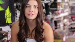 Vidéo LadiesClass février 2014: Émilie-Jade Léveillé: LadiesClass est un projet de calendrier et de multimédia qui met en vedette les meilleures pilotes de motocross et d'endurocross féminin de la province de Québec. Voici Émilie-Jade Léveillé!