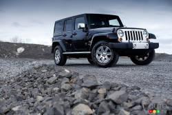 En pleine ascension - Le Jeep Wrangler est définitivement devenu un véhicule culte. Principalement responsable d'avoir fait de sa marque un nom usuel, il attire de plus en plus d'adeptes avec l'âge.  Comme avant, le Jeep Wrangler 2012 est disponible en formats à deux et à quatre portes, ce dernier bénéficiant d'un empattement plus long et d'un roulement plus confortable sur route.