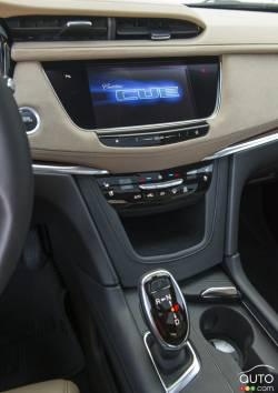 2017 Cadillac XT5 center console