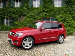 Le GLK se refait une beauté - À l'extérieur, le Mercedes-Benz GLK 2013 a été rafraîchi par l'ajout d'un faciès de style AMG plus agressif, qui comprend des feux de jour à diodes électroluminescentes et un peu plus de chrome. L'intérieur plutôt austère de l'ancienne édition fait place à un habitacle plus attrayant et opulent.