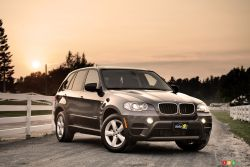The X5 neatly fuses the emotional quality of a vehicle purchase – we're talking of no less than 75 grand, here – with its practical side. Passion and function is a heady mix. And that is precisely what the X5 is about. It does everything in its power to win your heart.