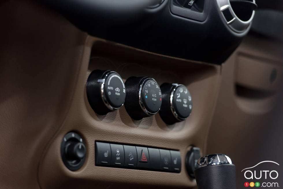 photos de la jeep wrangler unlimited sahara 2015 sur. Black Bedroom Furniture Sets. Home Design Ideas