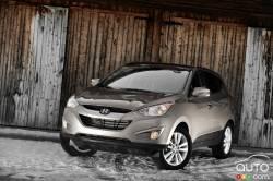 Upscale deal - Un modèle qui se démarque sérieusement et qui élève la barre d'un cran du côté des VUS et multisegments compacts à caractère économique s'avère le Hyundai Tucson 2010. L'ancienne génération a connu relativement de succès sur le marché, surtout à sa sortie pour l'année-modèle 2005. Maintenant, cet utilitaire en offre plus, à tous les niveaux, pour le même prix.