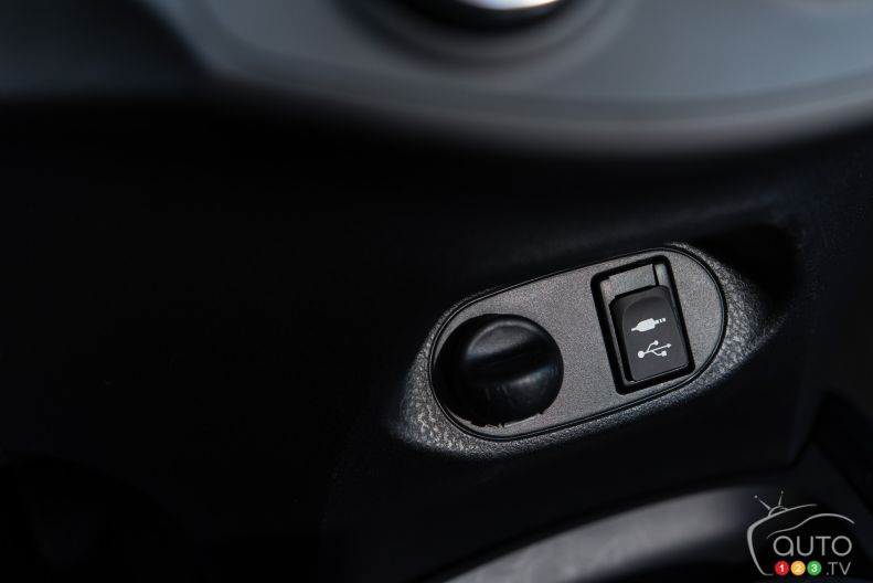 Photos de la toyota yaris se 2015 auto123 for Interieur yaris 2015