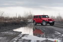 Repoussant les limites des endroits où vous pouvez amener des véhicules utilitaires sport, le Jeep® Wrangler 2015 homologué Trail RatedMD est la liberté à ciel ouvert incarnée. Du centre-ville au boisé, l'aventure est à découvrir.