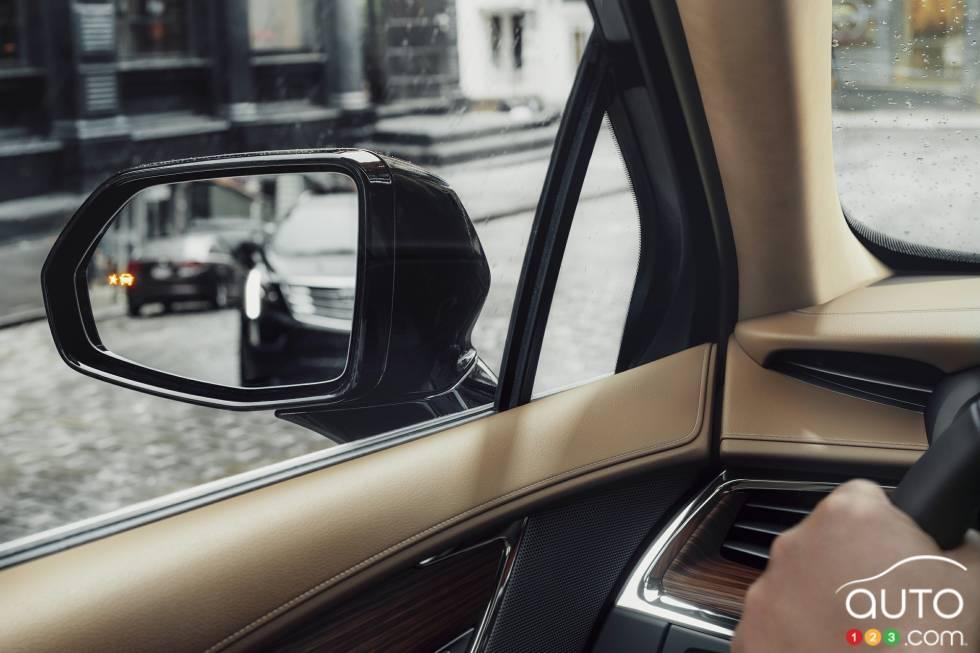 2017 Cadillac XT5 blind spot monitoring