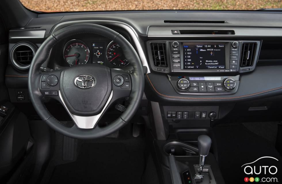 Nissan Altima Hybrid 2015 2016 Toyota RAV4 pictures on Auto123.tv