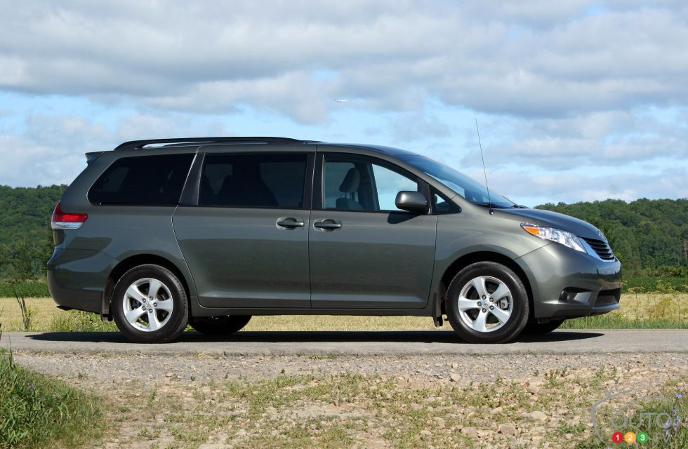 2011 toyota sienna le picture on. Black Bedroom Furniture Sets. Home Design Ideas