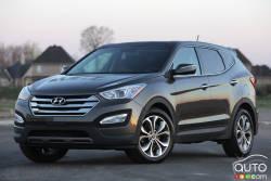 Trop beau et bien vrai - Le nouveau Hyundai Santa Fe Sport 2013 présente des lignes dynamiques et une carrosserie musclée qui incitent les acheteurs potentiels à l'examiner de plus près. Ils découvriront aussi un véhicule qui leur en donne énormément pour leur argent.