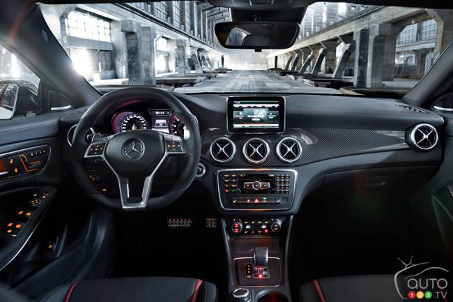 Interieur mercedes  2014 Mercedes-Benz A 45 AMG 4MATIC First Impressions