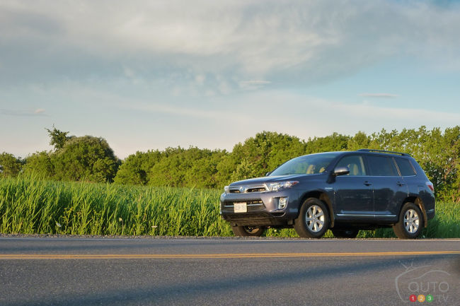 2012 Toyota Highlander Hybrid 4WD-i front 3/4 view