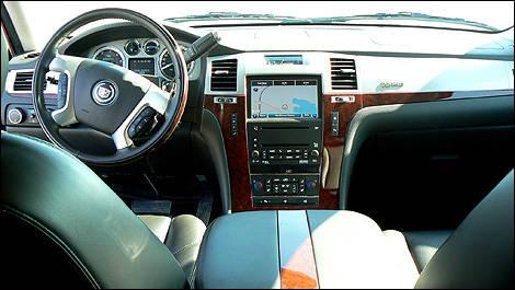 Cadillac escalade hybride 2009 essai routier essai for Escalade interieur