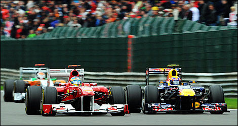 Dépassement de Mark Webber (Red Bull) sur Fernando Alonso (Ferrari) à Spa-Francorchamps. (Photo: WRi2)