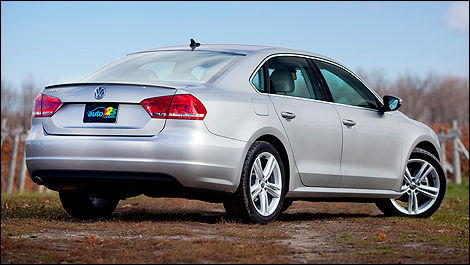2012 Volkswagen Passat 2.5L Highline rear 3/4 view