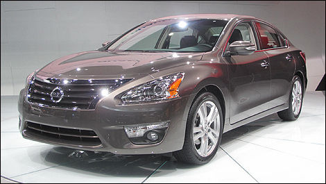2013 Nissan Altima front 3/4 view