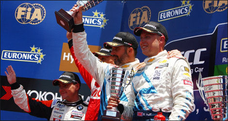 Le podium de la course 1 (Photo: FIA WTCC.com)