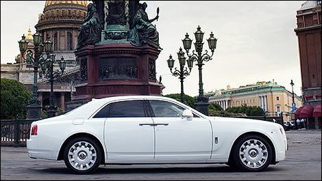 Tampak samping Rolls-Royce Ghost 2013