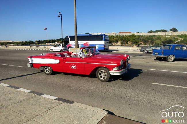 Les Edsel 1958 ne courent pas les rues à La Havane. Celle-ci est un coupé deux portes auquel on a coupé le toit. On en voit d'ailleurs une petite partie derrière le haut du pare-brise!