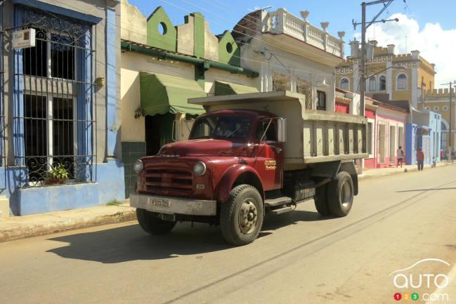 Dans le cas des camions américains des années cinquante, leur cabine s'est souvent retrouvée sur un châssis de camion militaire russe comme ce fut le cas pour ce Dodge de 1954 ou 55 vu dans la petit ville de Cardenas.