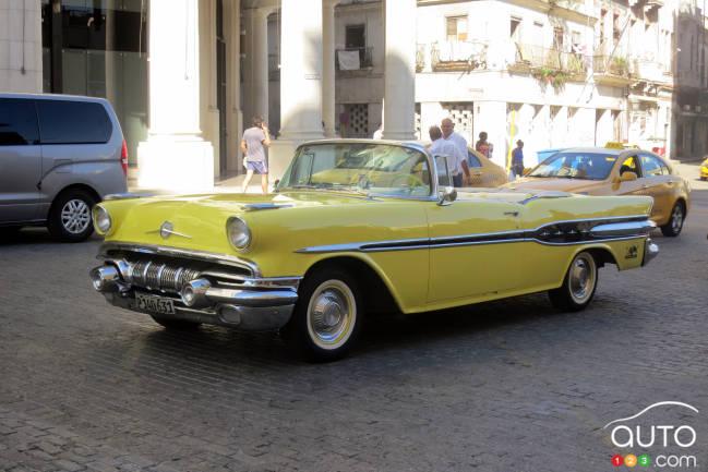 Ce cabriolet Pontiac 1957 avait sa mécanique d'origine dont le V8 de 287 pouces cubes et la boîte auto. Remarquez les petites taches de rouille sous la porte de gauche.