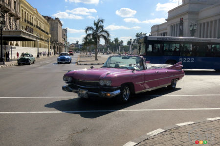 You will see a number 1959 Cadillac pink convertibles in Cuba, some of them original, others with a cut-out roof. In the case of this one, it's more like a limousine version that has become a convertible... in rather dubious condition!