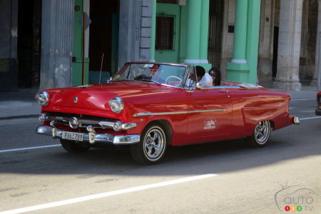 This 1952 Ford convertible spotted at the Parque Central is an original and not a coupe with its top chopped off!
