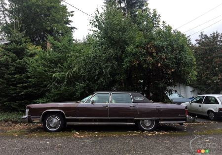 1975 Lincoln Town Car Continental, profile view