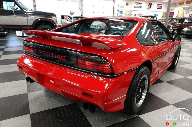 Pontiac Fiero 1988, arrière