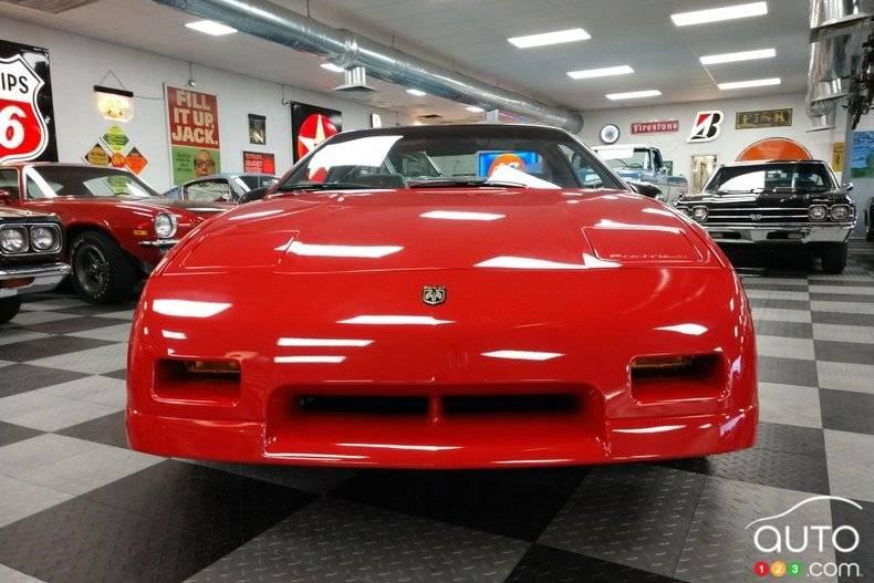 Pontiac Fiero 1988, avant