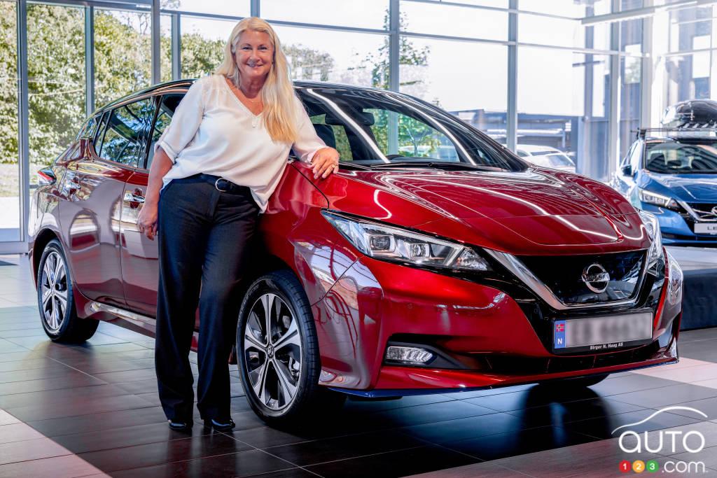Maria Jensen avec sa nouvelle Nissan LEAF