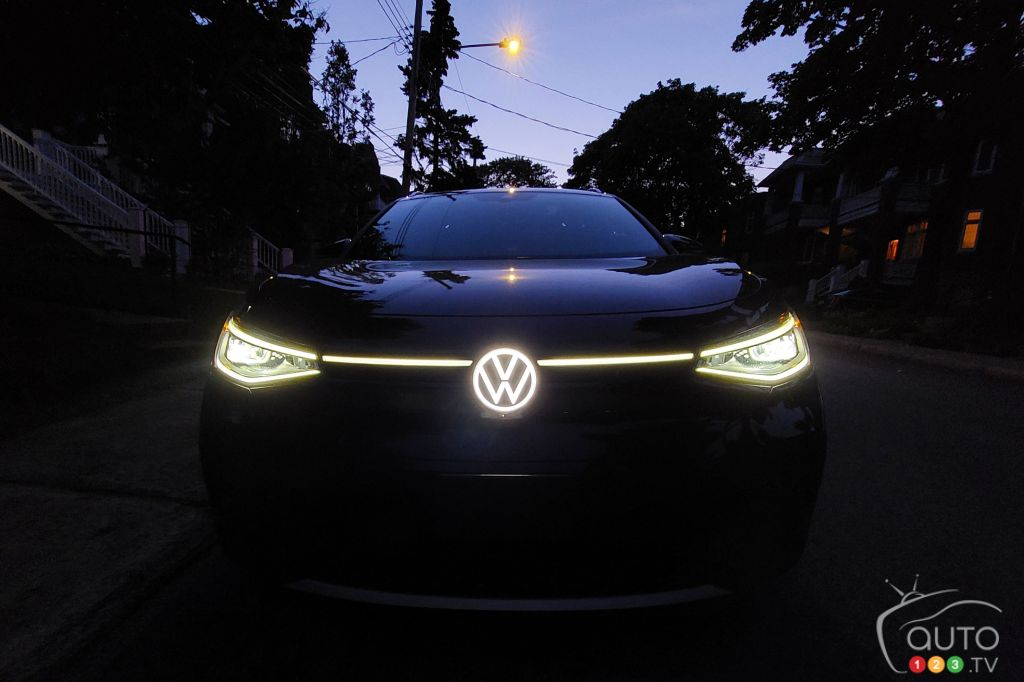 Un Volkswagen ID.4 à la tombée du jour