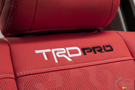Asiento con Toyota Tundra 2022, insignia DRT Pro