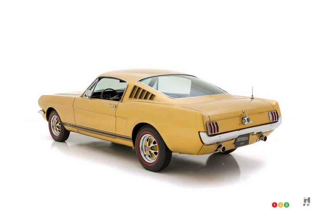 La Ford Mustang 1965 or, trois quarts arrière