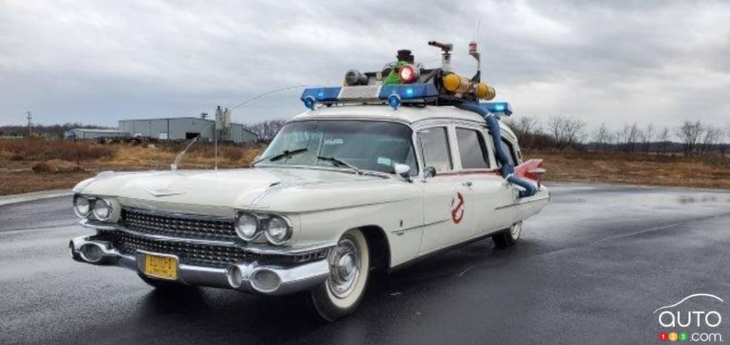La réplique du corbillard Ghostbusters, une Cadillac 1959, trois quarts avant