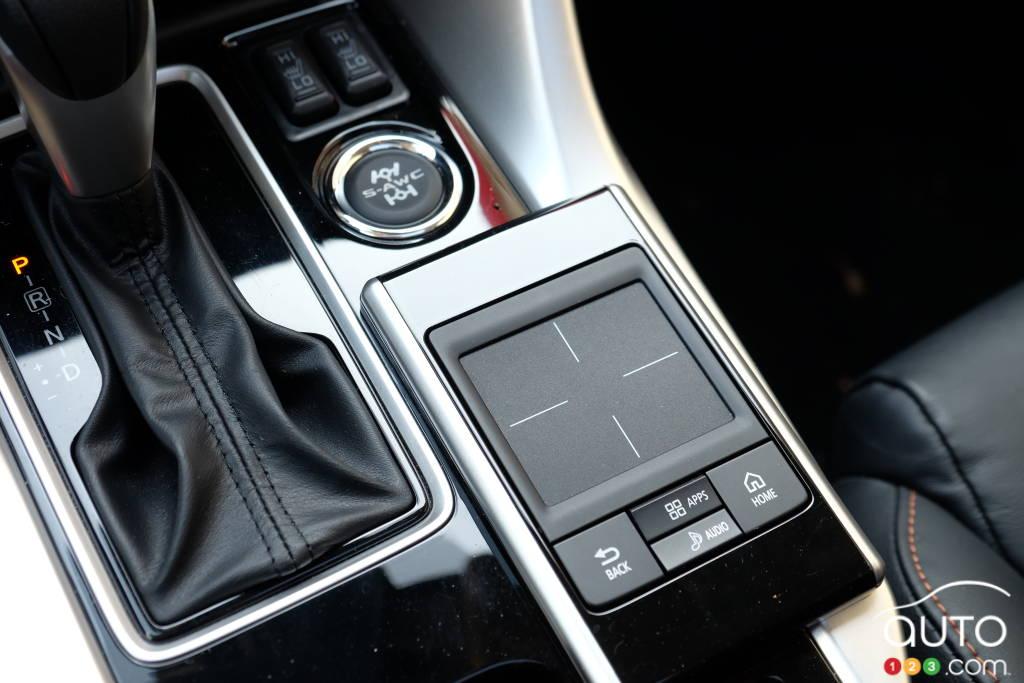 Bas de console d'un intérieur de voiture au soleil