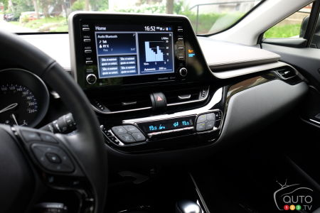 2020 Toyota C-HR, central console