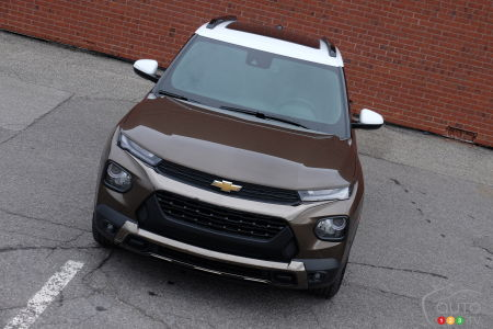 2021 Chevrolet Trailblazer, front, with view of contrasting roof