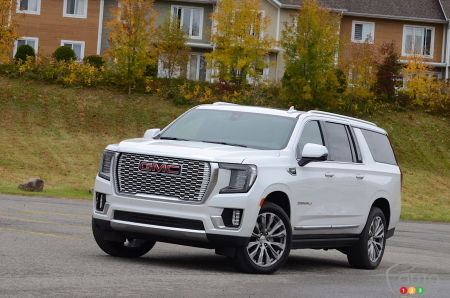 2021 GMC Yukon, three-quarters front