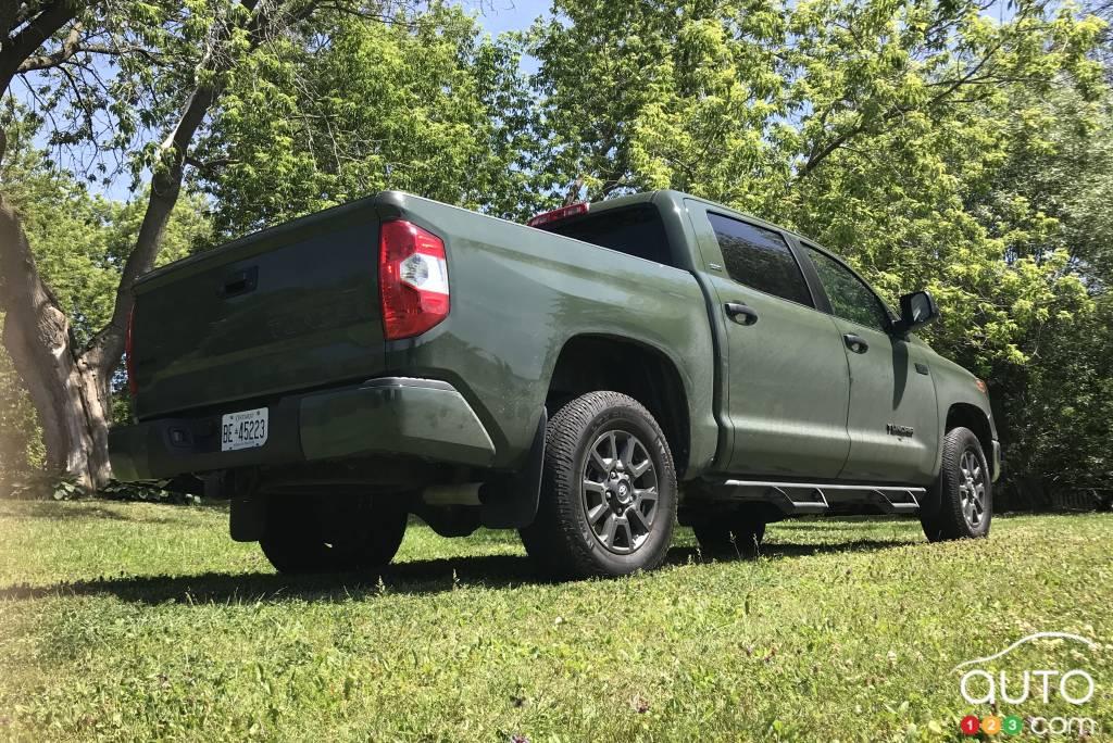 Le Toyota Tundra CrewMax SR5 2021, trois quarts arrière