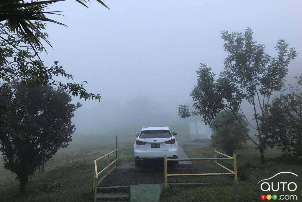Le Lexus RX, dans le brouillard