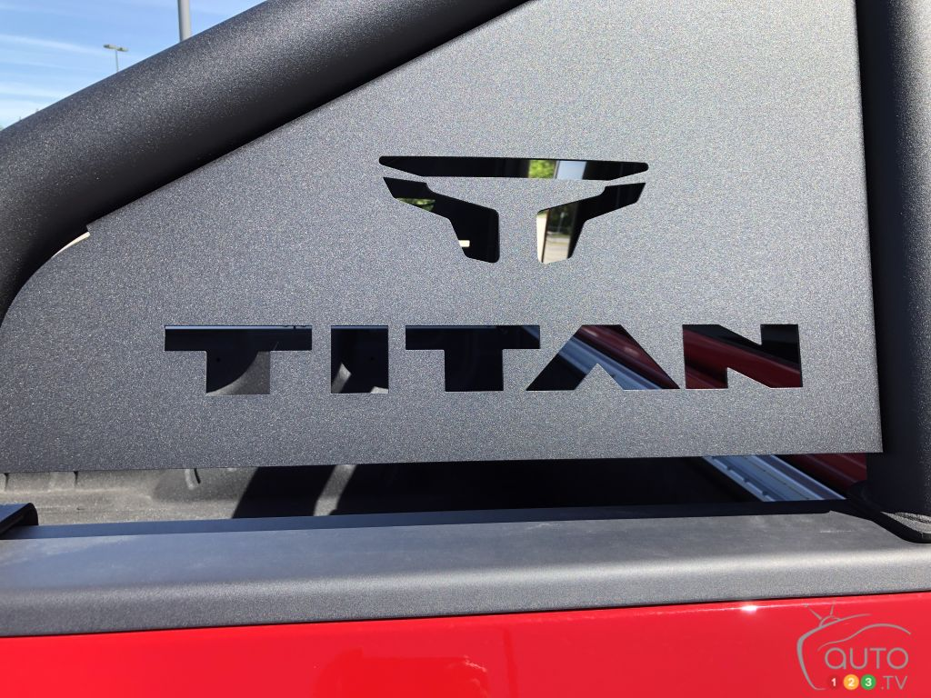 Nissan Titan PRO-4X 2020, écusson