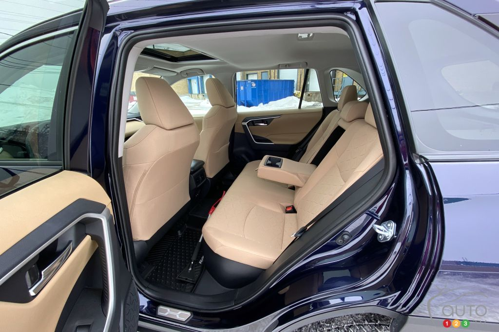 Toyota RAV4 hybride 2021, deuxième rangée de sièges