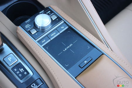 2021 Lexus LC 500 Convertible, lower central console